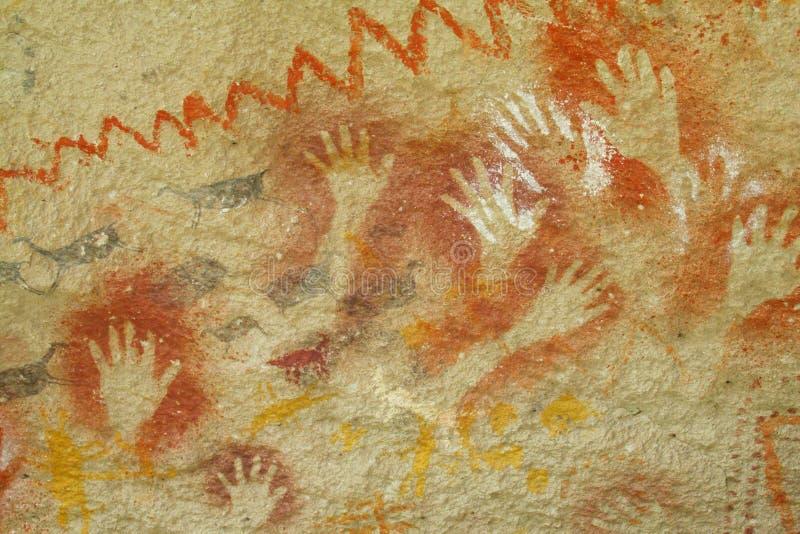 Impresiones de la mano en una pared de la cueva imagenes de archivo