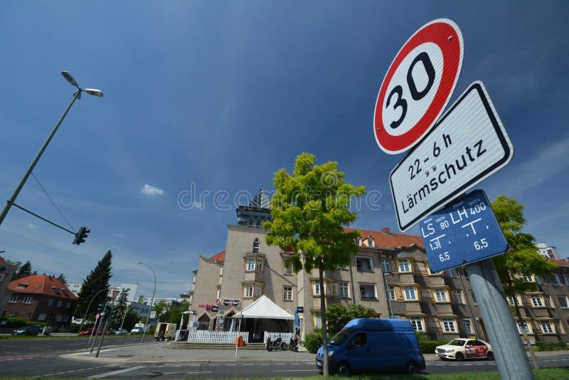Impresiones de las calles de Berlin Spandau, Falkenseer que cruza Chaussee con Zeppelinstrasse, Alemania imagenes de archivo
