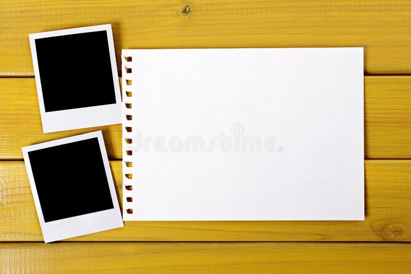 Impresiones en blanco de la foto con el papel rasgado fotografía de archivo libre de regalías