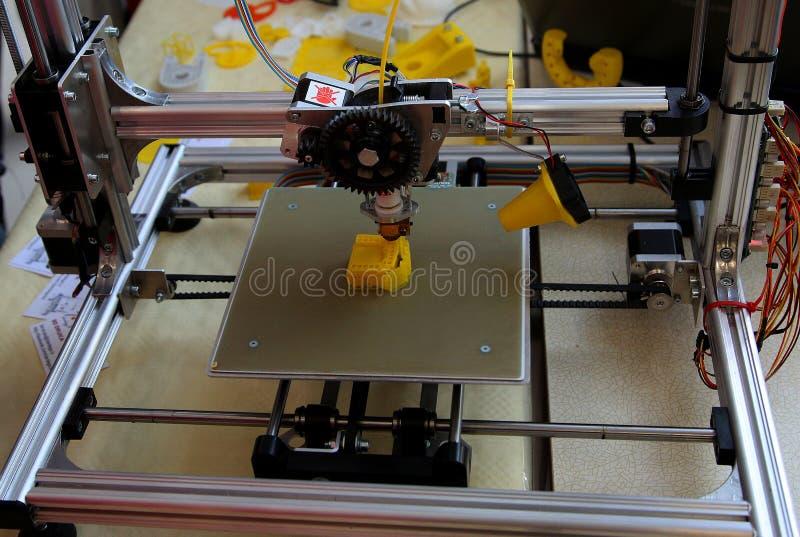 impresora 3D en la acción imágenes de archivo libres de regalías