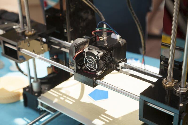 impresora 3d que crea un nuevo primer plástico del objeto imagen de archivo