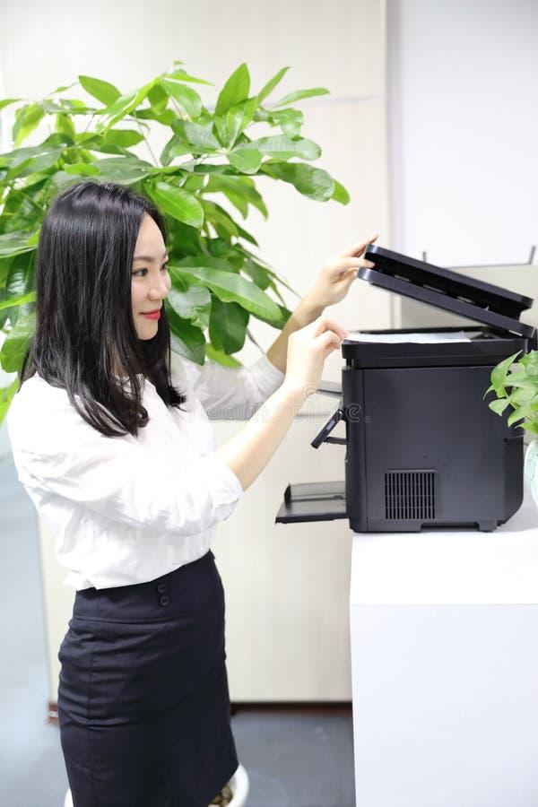 Impresora material del uso de la oficina de Asia de la señora de la mujer de la impresión china de la muchacha en el lugar de tra fotografía de archivo