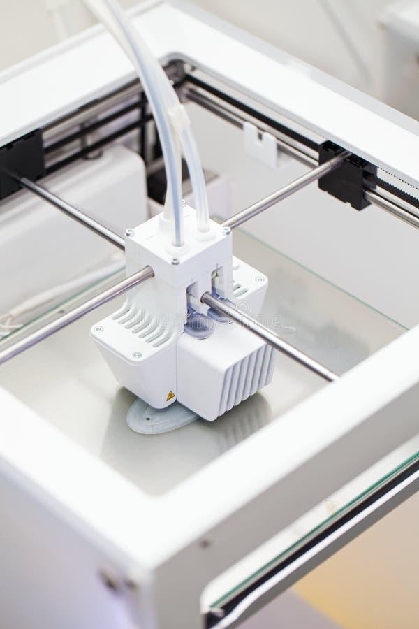 Impresora tridimensional blanca imagen de archivo