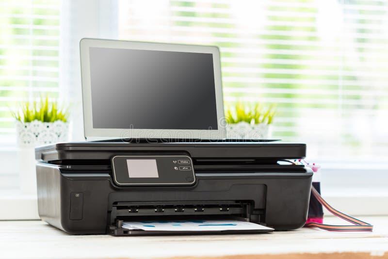 Impresora y ordenador fotos de archivo