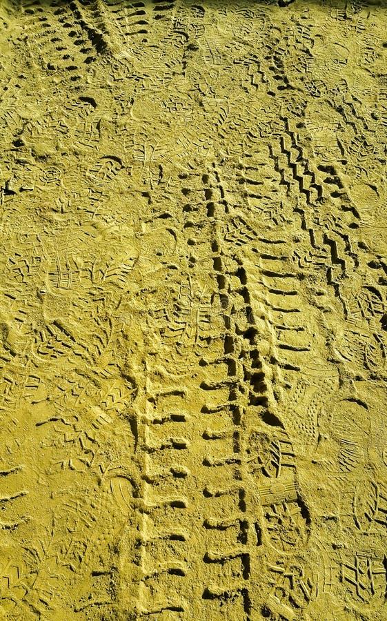 Impressão de Pneus e Sapatos na Areia imagens de stock royalty free