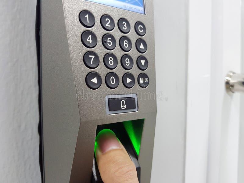 Impressão digital e controle de acesso em um prédio de escritórios foto de stock royalty free