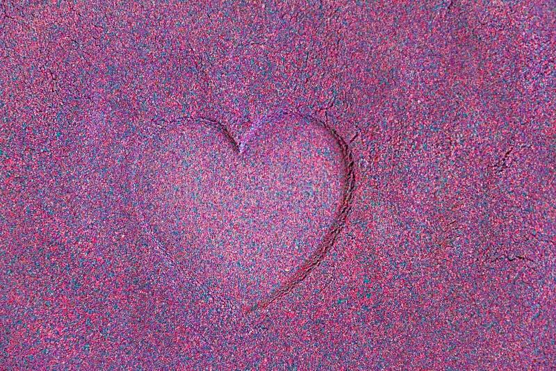 Impressão do coração na areia azul roxa, espaço da cópia foto de stock