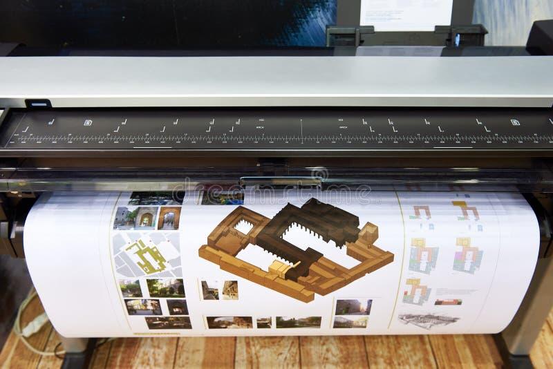 Impressão do grande formato no plotador de cor imagens de stock