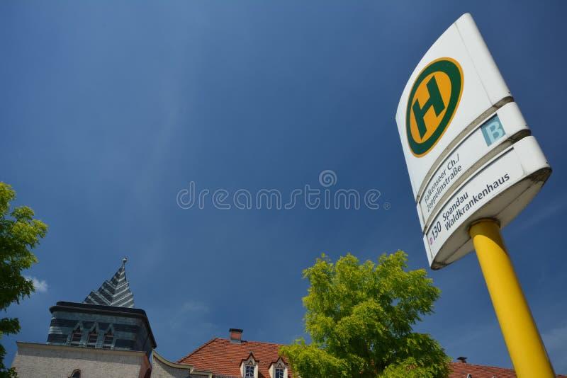 Impressões das ruas de Berlin Spandau, Falkenseer de cruzamento Chaussee com Zeppelinstrasse, Alemanha fotos de stock