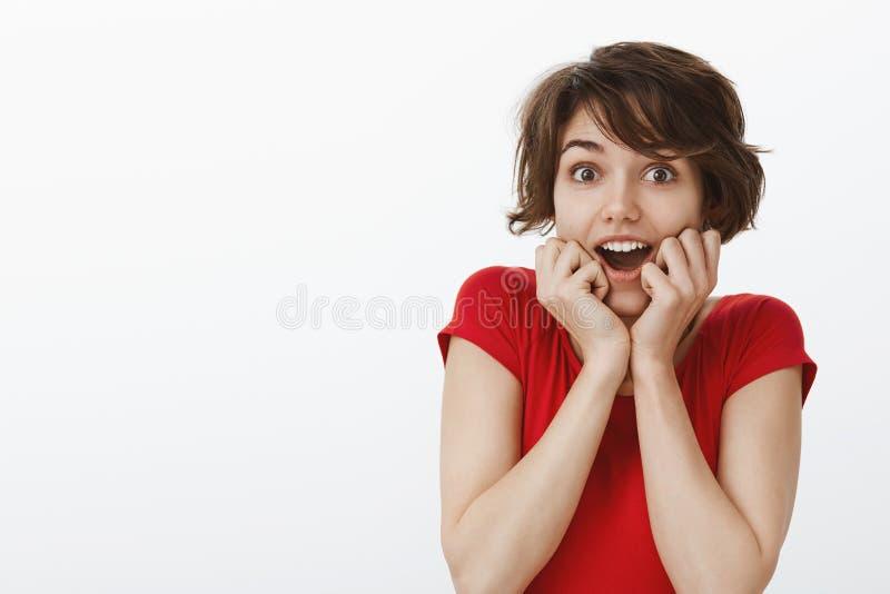 Impressed迷住了白种人感情热心开放嘴使喘气的惊奇的举行吃惊的女孩短的理发 库存照片