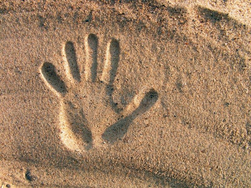 Impression d'une main sur le sable. images libres de droits