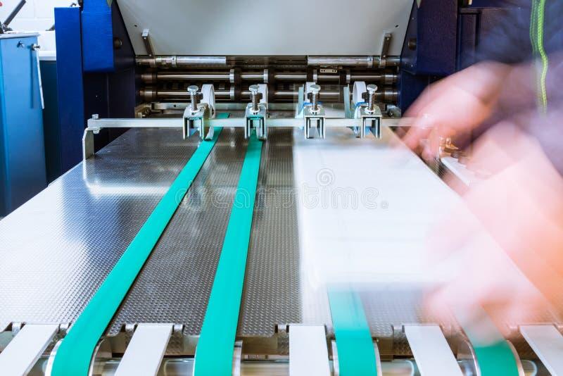 Impression se pliante de papier d'alimentation de production de bande de conveyeur de rouleaux de machine photos stock