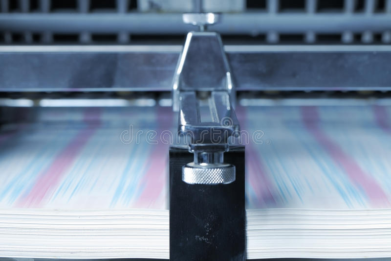 Impression sur le papier dans l'atelier d'impression images libres de droits