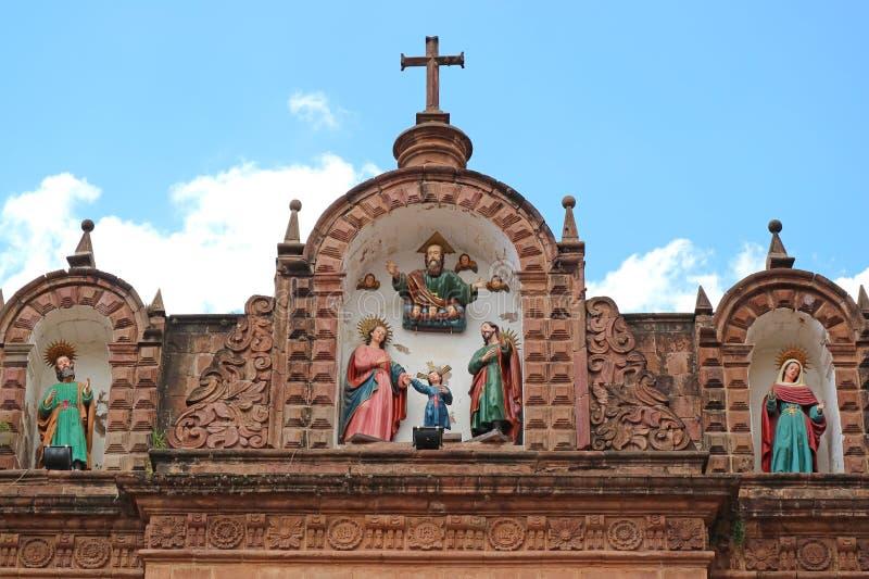 Impressionante facciata di Ornate dell'Iglesia de la Sagrada Familia o Chiesa della Sacra Famiglia a Cusco, Perù fotografia stock libera da diritti