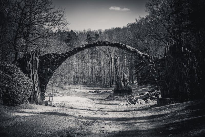 Impressioni in bianco e nero del ponte famoso del rakotz in kromlau fotografia stock libera da diritti