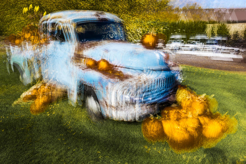 Impressionistischer Weinlese-Kleintransporter mit Halloween-Anzeige bei Milford, CT, bietet eine künstlerische Ansicht am 18. Okt lizenzfreies stockfoto