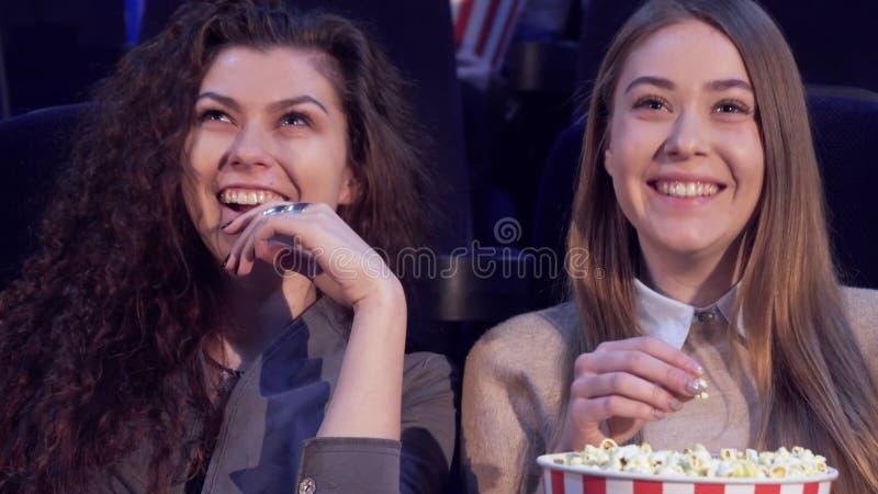 Impressions de part de filles à la salle de cinéma photo stock