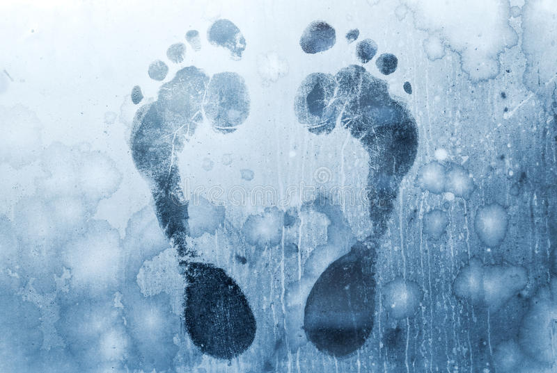 Impressions de pied sur la glace d'hublots figée photographie stock libre de droits