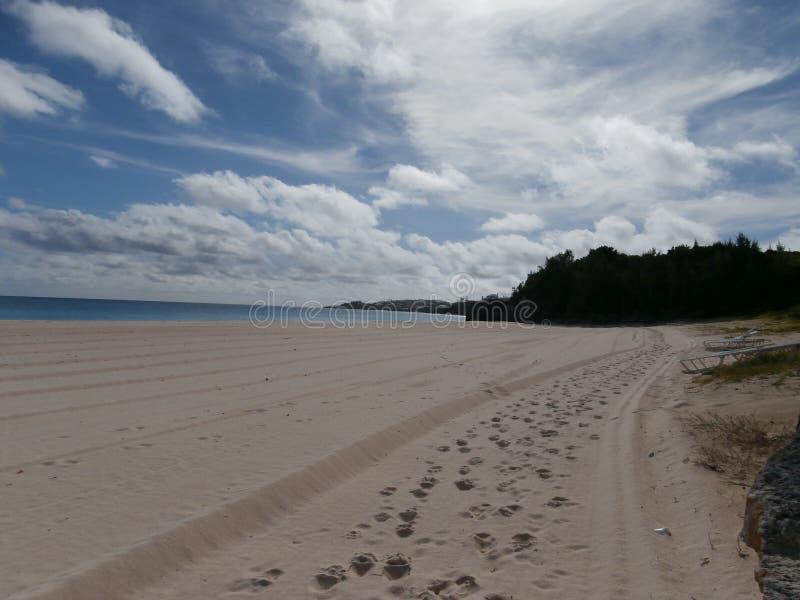 Impressions de pied sur le sable photographie stock libre de droits