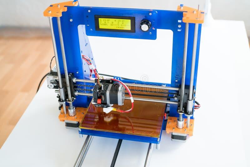 Impressora 3D caseiro para imprimir o plástico imagens de stock