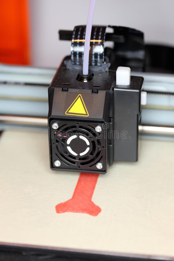 a impressora 3D está funcionando fotos de stock