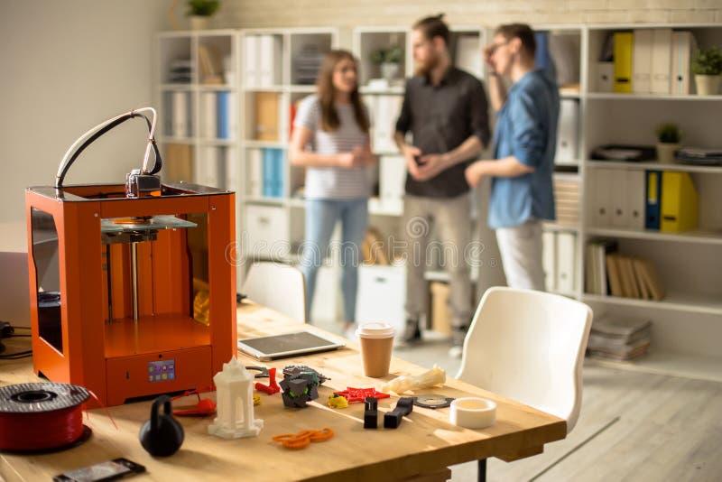 impressora 3D na tabela no estúdio do projeto moderno fotos de stock royalty free