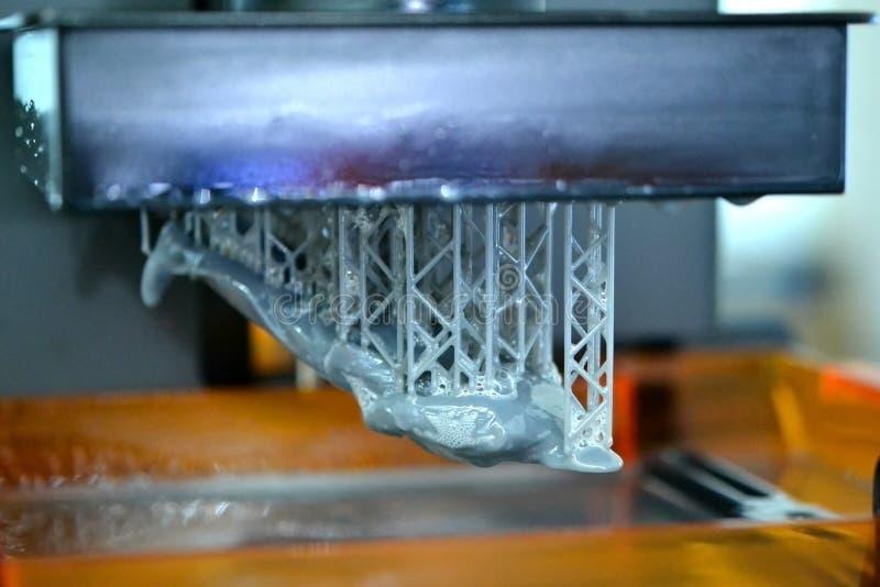 A impressora da estereolitografia DPL 3d cria o detalhe pequeno e gotejamentos líquidos imagem de stock royalty free