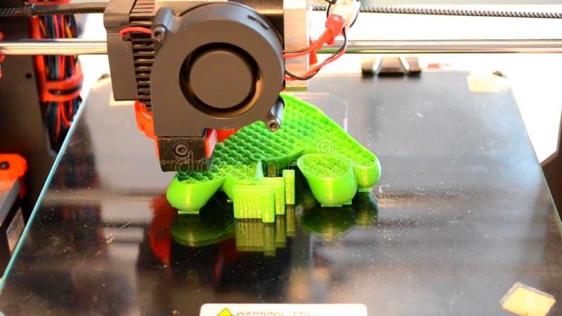 Impressora da impressão 3D no close up preto da superfície do vidro vídeos de arquivo
