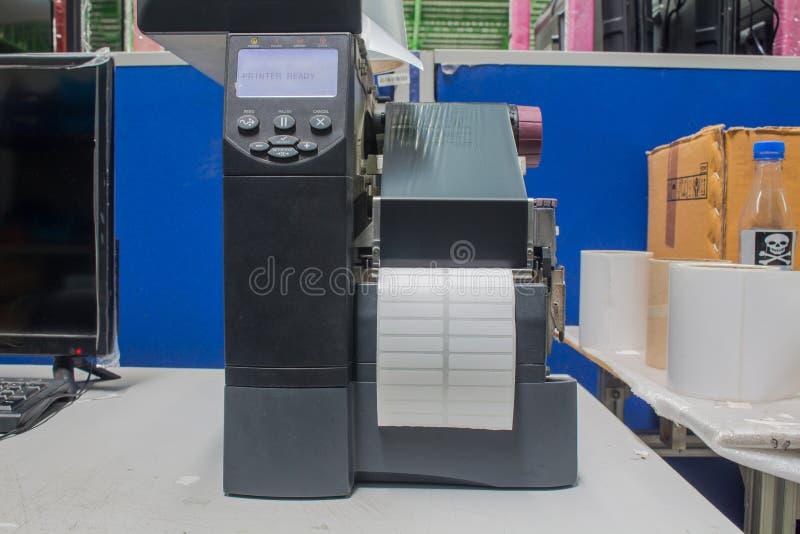 Impressora do c?digo de barras e etiqueta de c?digo de barras com fita imagem de stock