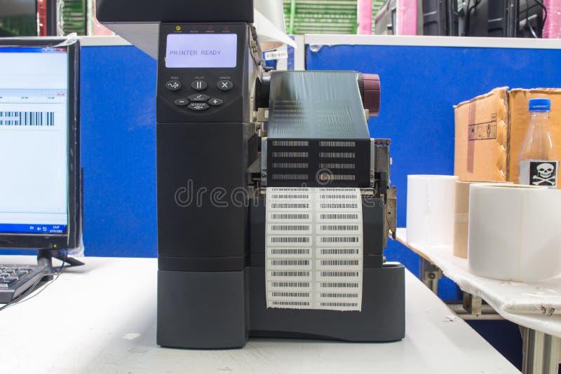Impressora do c?digo de barras e etiqueta de c?digo de barras com fita imagens de stock royalty free