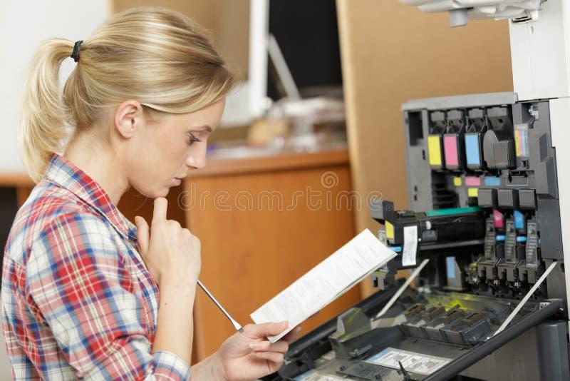 Impressora f?mea da fixa??o do t?cnico fotografia de stock