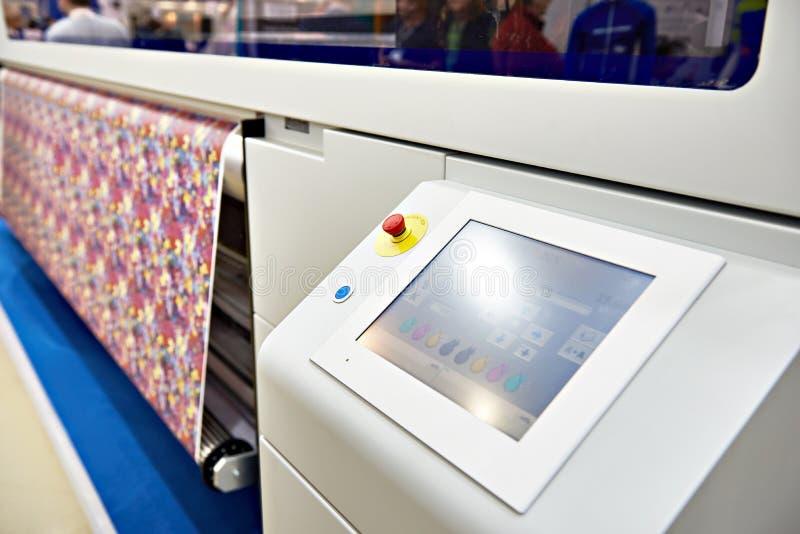 Impressora larga do formato para na tela e o papel fotografia de stock