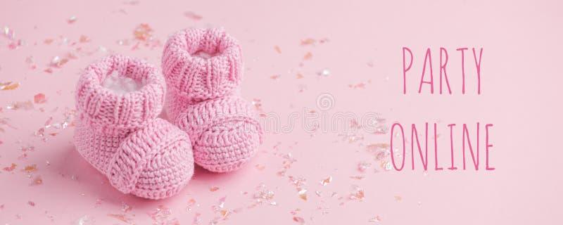 Impreza online, Para małych skarpetek na różowym tle z przestrzenią do kopii na ciepłą wiadomość, prysznic dla dziecka, pierwsza  obraz royalty free