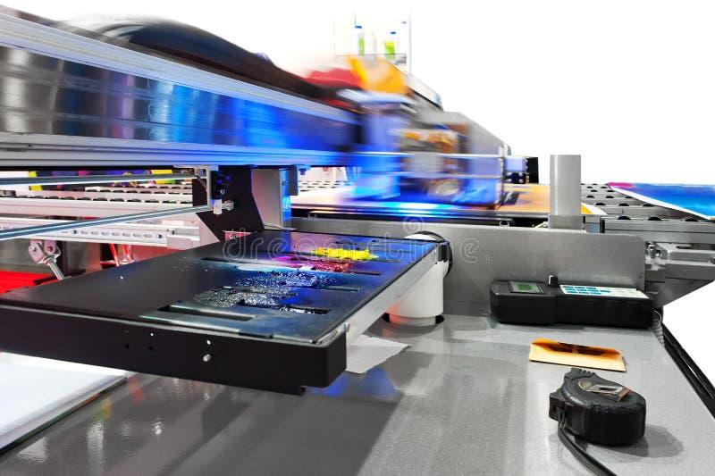 Imprimante à jet d'encre UV industrielle fonctionnante de grand format photos stock