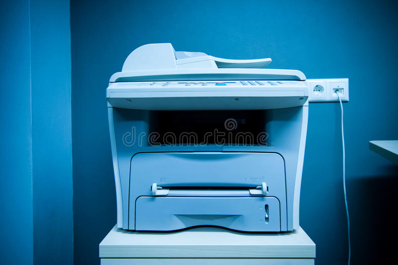 Imprimante dans le bureau photographie stock