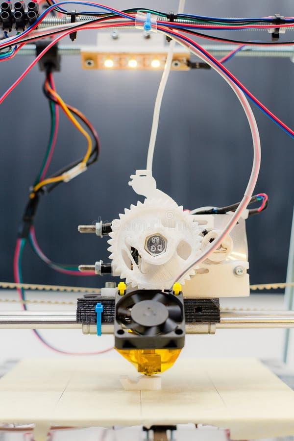 Imprimante en plastique tridimensionnelle électronique pendant le travail dans le scho photographie stock