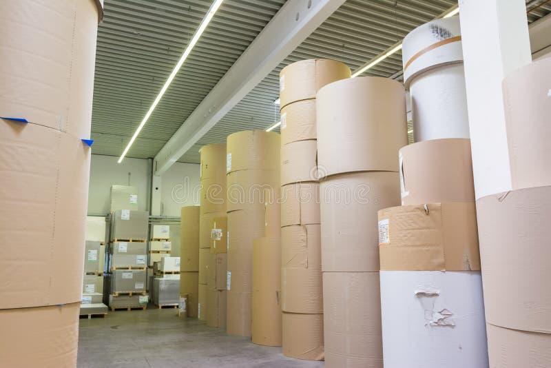 Imprimante excentrée Ind d'usine massive de cylindres de stockage de Rolls de papier photo stock