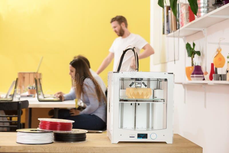 Imprimante féminine heureuse In Studio d'Using Laptop By 3D de concepteur photographie stock