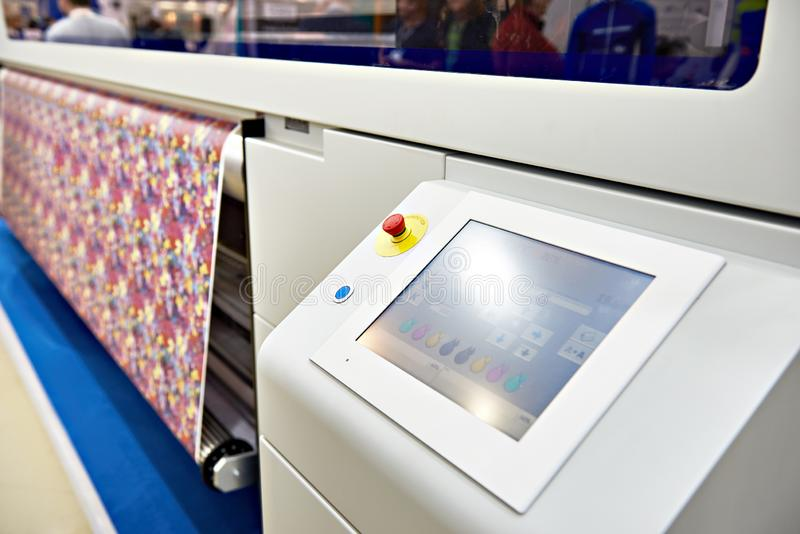 Imprimante large de format pour sur le tissu et le papier photographie stock