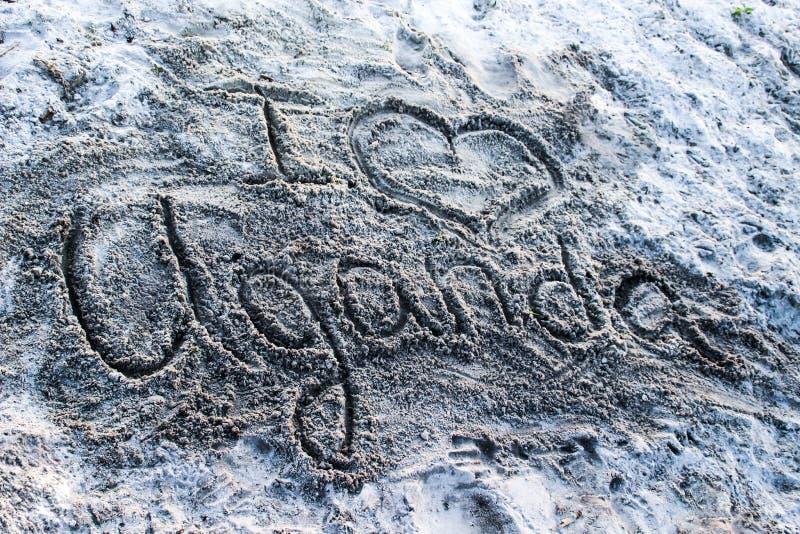 """Impronta digitale sulla sabbia sulla costa del lago Vittoria """"amo l'Uganda """" immagine stock"""