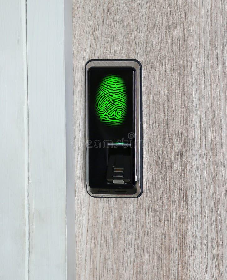 Impronta digitale usata come metodo dell'identificazione su una serratura di portello Illustrazione di Digital immagini stock