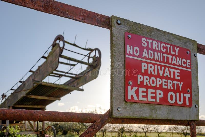 Improvisado mantenha-Para fora o sinal visto na entrada nenhum um pomar e uma exploração agrícola velhos fotografia de stock royalty free