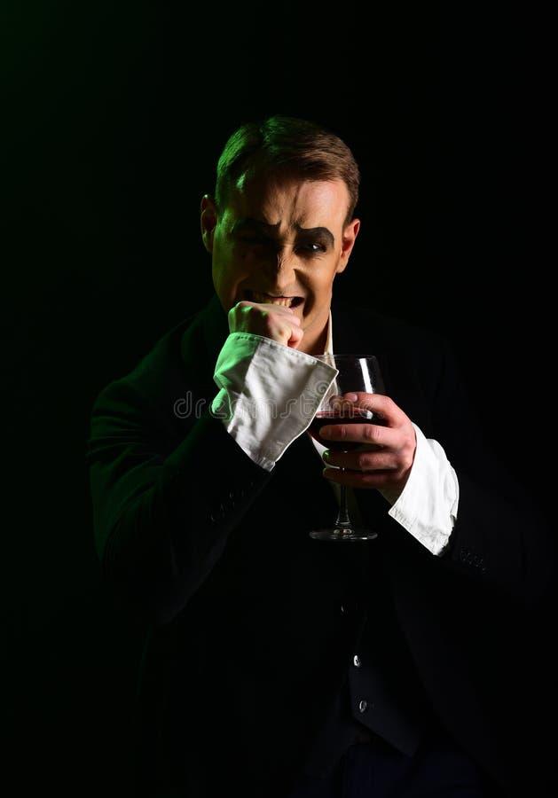 improvisation Efterapa konstnären för att utföra på etapp Pantomim för etappskådespelare som dricker vin Komediförfattare med vin arkivbilder