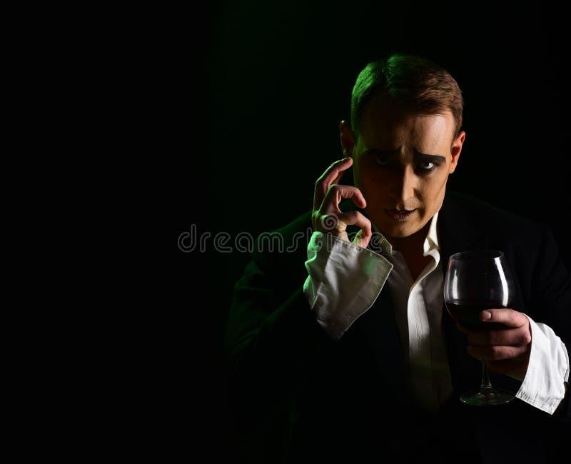 improviser Homme de comédien avec le verre de vin de prise de maquillage de pantomime Acteur de théâtre de drame mimant Art de re photo libre de droits