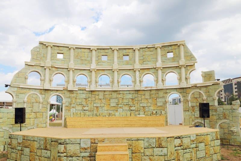 Improviserade Colosseum för att utföra på nätter för festival för öppen luft vita arkivbild