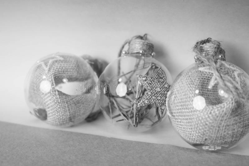 Improvisierte transparente Glasweinlese der kleinen Runde drei eleganter Hippie die dekorativen schönen festlichen Bälle neuen Ja stockfotos