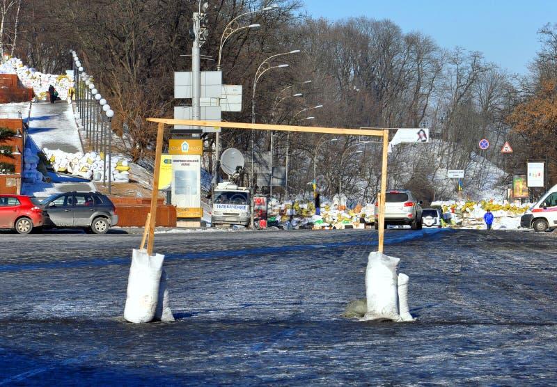 Improwizujący piłka nożna cel na kwadracie w Kyiv zdjęcie royalty free