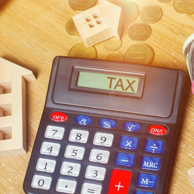 Impuesto de la inscripci?n sobre la calculadora El concepto de pagar los impuestos la propiedad Responsabilidades o reembolso de  foto de archivo libre de regalías