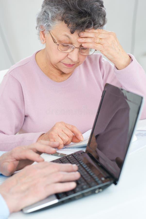 Impuestos calculadores de los pares mayores en casa imagen de archivo