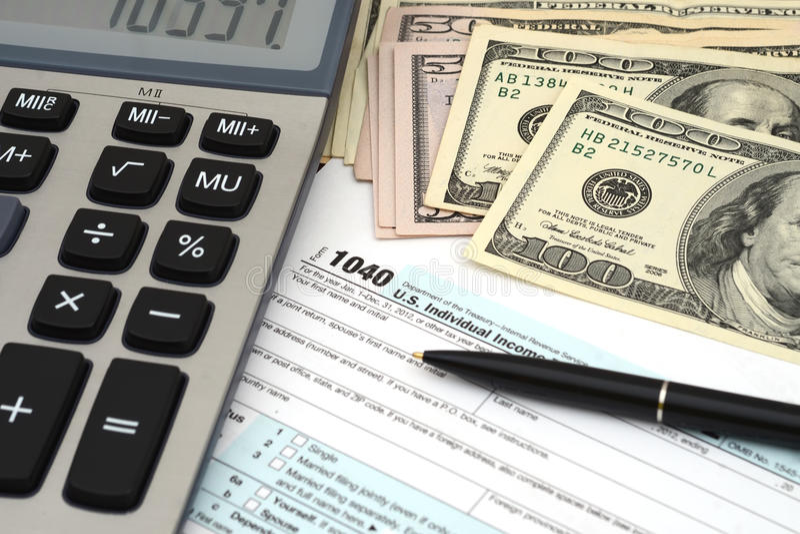 Impuestos sobre la renta - concepto financiero del negocio de la forma de impuesto imagenes de archivo
